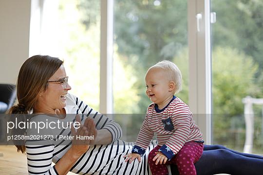 Mutter spielt mit kleiner Tochter - p1258m2021273 von Peter Hamel