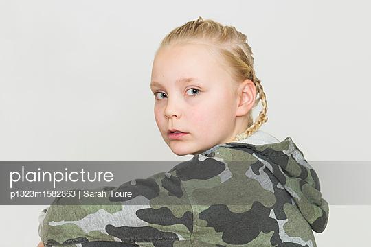 portrait of a young girl - p1323m1582863 von Sarah Toure