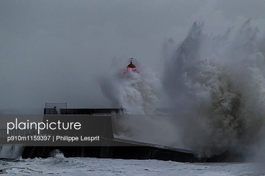 Leuchtturm und Brandungswellen - p910m1159397 von Philippe Lesprit