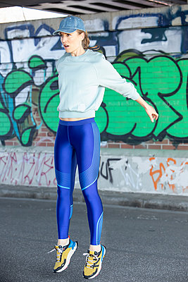 Woman jogging in Hamburg - p1678m2262232 by vey Fotoproduction