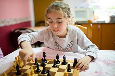 Little girl playing chess - p300m1154017 by Ramon Espelt