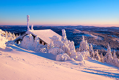 Germany, Bavaria, Bavarian Forest in winter, Great Arber, Zwiesel hut in the evening - p300m1416664 by Martin Siepmann