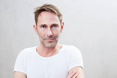 Portrait of smiling mature man - p300m1460719 by Jo Kirchherr