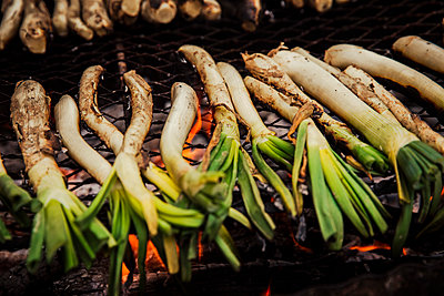 Scallions cooking on barbecue grill outdoors - p300m2264403 by Aitor Carrera Porté
