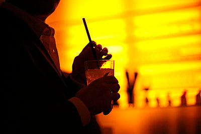 Close-up of man holding cocktail glass - p388m877267 by VYHNALEK