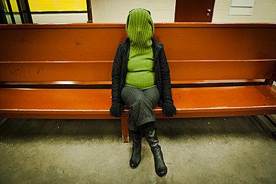 Frau auf Bank einer U-Bahnstation - p627m1035386 von Christian Reister