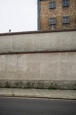 Gefängnismauer - p900m951170 von Michael Moser