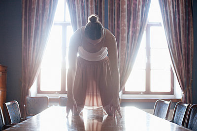 Young dancer on table  - p956m1515488 by Anna Quinn