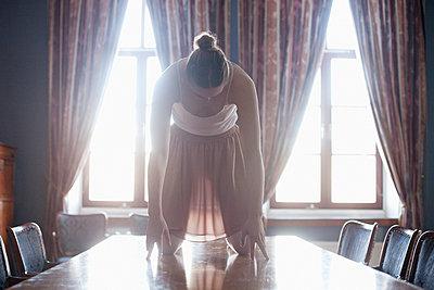Junge Tänzerin auf einem Tisch - p956m1515488 von Anna Quinn