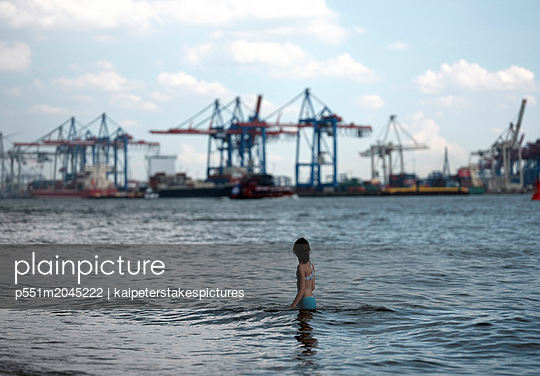 Girl takes a bath in the Elbe river - p551m2045222 by Kai Peters