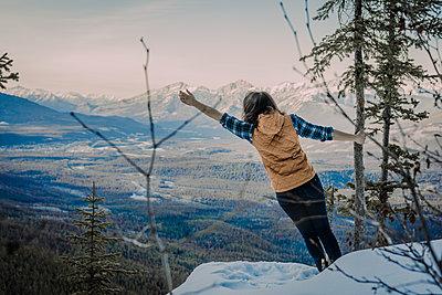 Junge Frau mit <berg im Hintergrund - p1455m1574501 von Ingmar Wein
