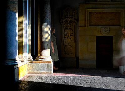 Frau hinter einer Säule - p1693m2294566 von Fran Forman