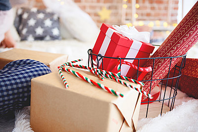 Close-up of Christmas presents in bedroom - p300m2041653 by gpointstudio