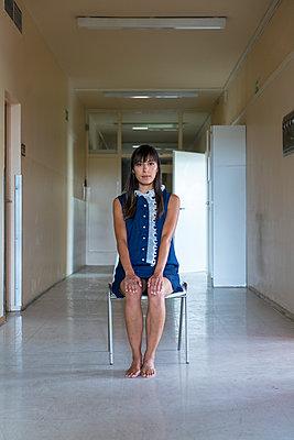 Frau sitzt auf einem Stuhl - p427m2022653 von Ralf Mohr