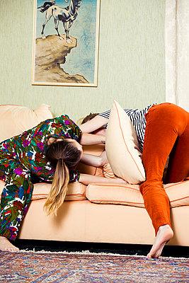 Freundinnen albern herum - p904m1133683 von Stefanie Päffgen