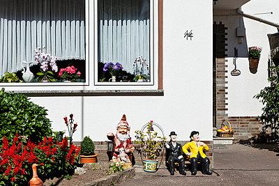 Gartenzwerg im Vorgarten - p913m1045460 von LPF