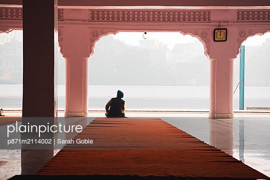 A man contemplates at Gurudwara Santokhsar Temple, Amritsar, Punjab, India, Asia - p871m2114002 by Sarah Goble