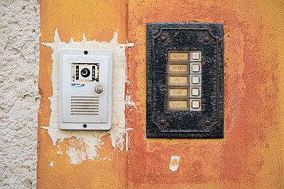 Doorbell - p1003m1068467 by Terje Rakke