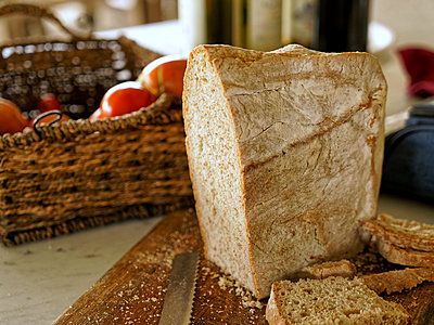 Loaf of bread cut into slices - p1154m2160785 by Tom Hogan