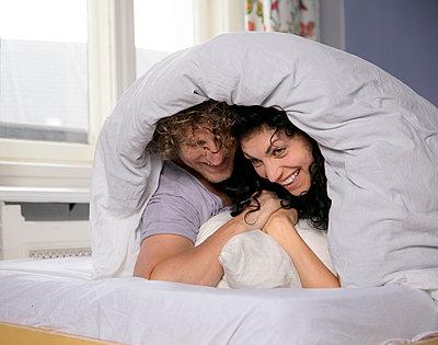 Paar im Bett - p1212m1178875 von harry + lidy