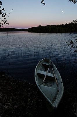 Romantischer Abend an einem finnischen See - p1455m2054143 von Ingmar Wein