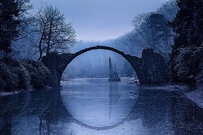 Germany, Kromlau, view to Rakotz Bridge over Lake Rakotz in winter - p300m1204943 by Christina Falkenberg