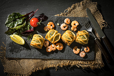 Puff pastry filled with salmon and shrimps - p300m1228210 by Roman Märzinger