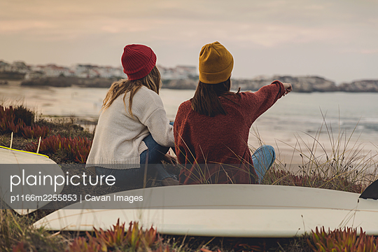 Surfer girls at the beach - p1166m2255853 by Cavan Images