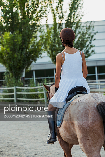 Back view of woman riding on horse - p300m2042145 von Kike Arnaiz