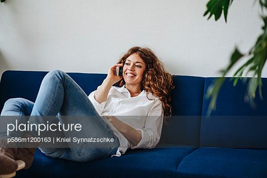 Junge Frau mit roten Haaren telefoniert - p586m1200163 von Kniel Synnatzschke