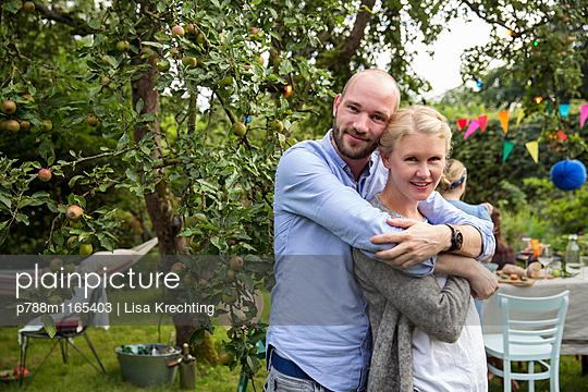 Glückliches Paar auf einer Gartenparty - p788m1165403 von Lisa Krechting