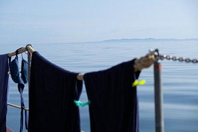 Blick von der Reling aufs Meer - p1685m2272570 von Joy Kröger