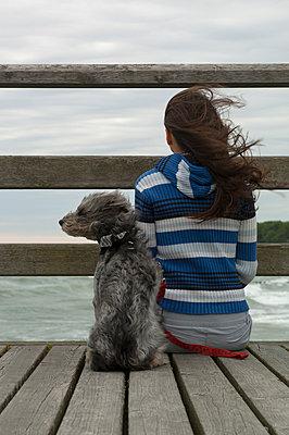 Frau und Hund am Meer - p427m963099 von R. Mohr