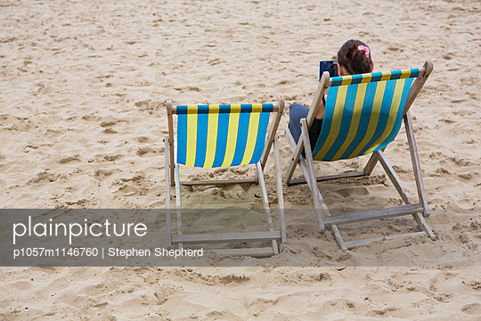 Frau am Strand - p1057m1146760 von Stephen Shepherd