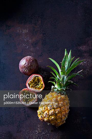 Baby pineapple and maracujas on rusty metal - p300m1535391 by Dieter Heinemann