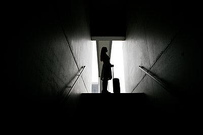 Silhouette profile of women and trolley case - p1082m1488011 by Daniel Allan
