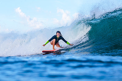 Frau surft auf einer Welle - p1108m1462993 von trubavin