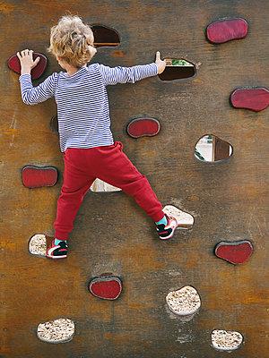 Kleiner Junge an der Kletterwand - p358m1217499 von Frank Muckenheim
