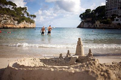 Two men on the beach - p5861344 by Kniel Synnatzschke