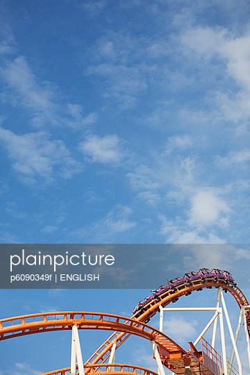 Achterbahn auf dem Oktoberfest bei Tageslicht - p6090349f von ENGLISH photography