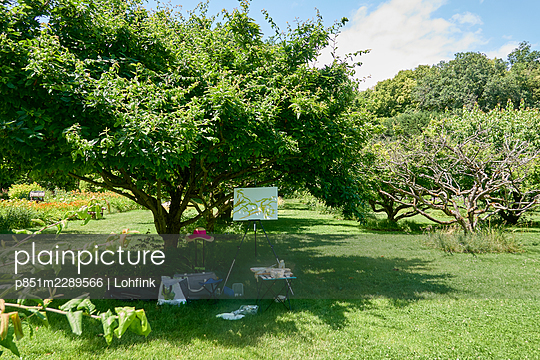 Canvas stand under a tree - p851m2289566 by Lohfink