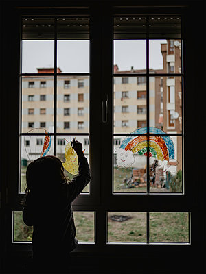 Little girl painting on window glass - p1522m2168621 by Almag