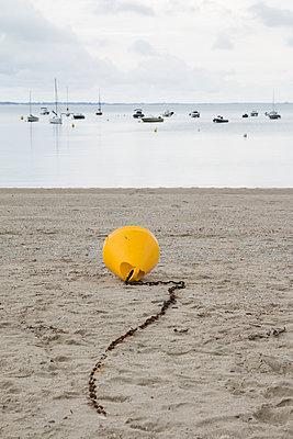 Gelbe Boje am Strand - p1543m2291594 von Sophia Snadli