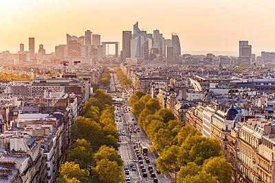 France, Paris, cityscape with Avenue de la Grande Armee and La Defense - p300m2059537 by Werner Dieterich