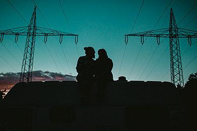 Paar unter Strommasten - p1518m2072700 von Ann-Katrin Braun