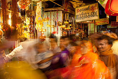 Blurred scene of busy Indian market - p555m1478374 by John Lund
