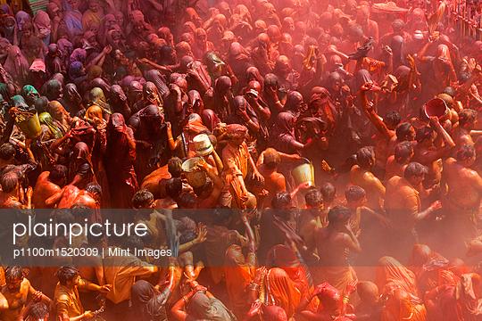 plainpicture | Photo library for authentic images - plainpicture p1100m1520309 - High angle view of crowds o... - plainpicture/Mint Images
