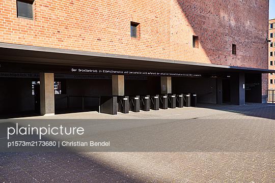 Verlassener Eingang der Elbphilharmonie - p1573m2173680 von Christian Bendel