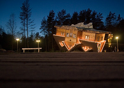 Residential house upside down - p1385m1424404 by Beatrice Jansen