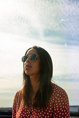 Junge Frau vor blauem Himmel - p341m2185503 von Mikesch